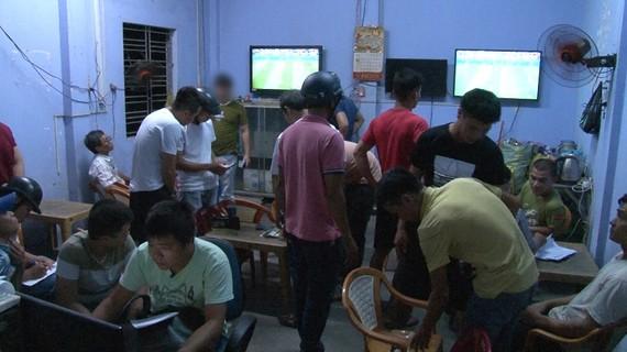 Công an ập vào bắt giữ các đối tượng cá độ tại quán cà phê Đạt Trường (Huế)