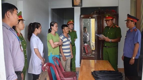 Cơ quan chức năng tỉnh Thừa Thiên - Huế đọc lệnh bắt khẩn cấp Nguyễn Thị Băng Tâm để điều tra về hành vi lừa đảo 11 tỷ đồng.