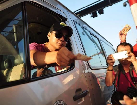 Tài xế sử dụng tiền lẻ qua trạm BOT Biên Hòa sáng nay