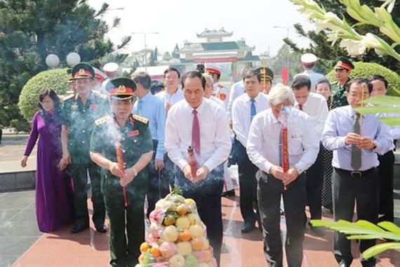 Chủ tịch nước Trần Đại Quang dâng hương tại Nghĩa trang liệt sĩ tỉnh Đồng Nai