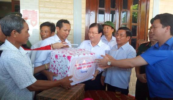 Phó Thủ tướng Trịnh Đình Dũng thăm hỏi, tặng quà cho người dân ở xã Kỳ Khang, huyện Kỳ Anh, tỉnh Hà Tĩnh
