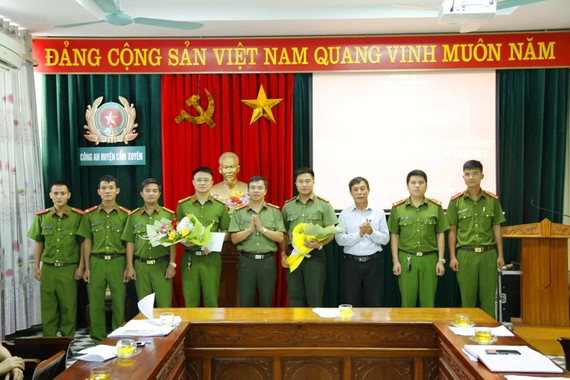 Lãnh đạo Công an tỉnh Hà Tĩnh trao thưởng cho ban chuyên án