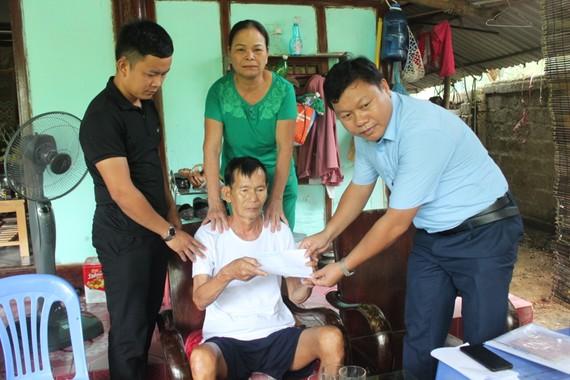 Chiều ngày 14-9, lãnh đạo thị trấn Hương Khê đến động viên, chia vui và tặng quà cho gia đình ông Trịnh Thanh Bình