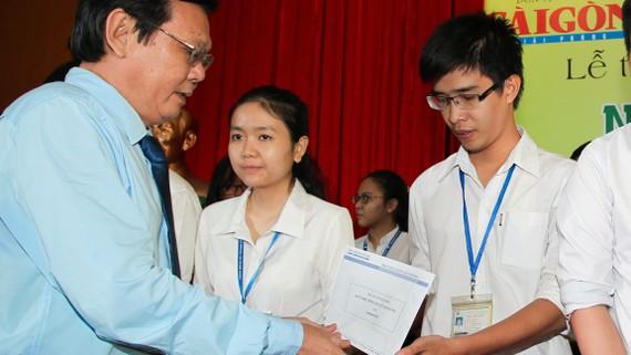 Ông Nguyễn Tấn Phong - Tổng Biên tập Báo SGGP trao học bổng Nguyễn Văn Hưởng cho sinh viên