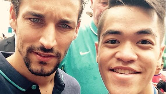 Navas (trái) trong chuyến du đấu tại Việt Nam.