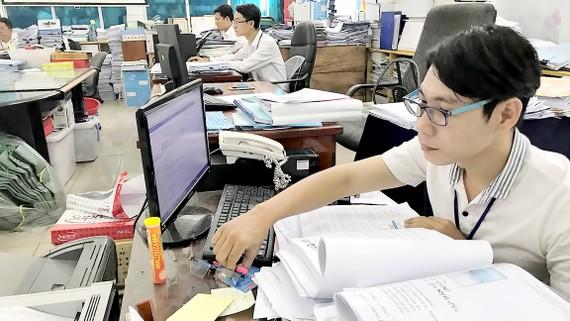 Anh Nguyễn Trường Sang (bìa phải)  đã có nhiều sáng kiến hữu ích