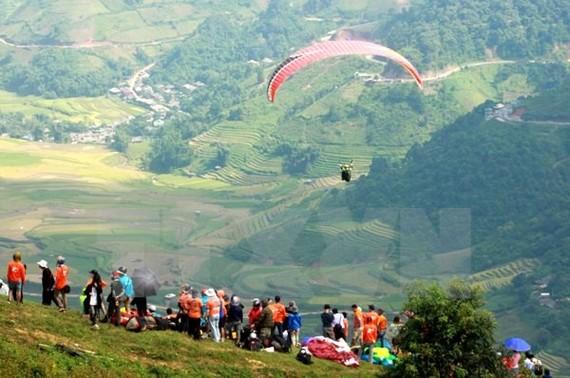 Các phi công bay lượn tại đèo Khau Phạ. Ảnh: TTXVN