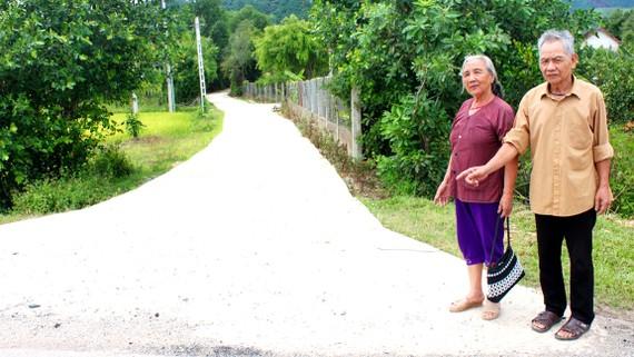 Vợ chồng bà Thu bên con đường mới khang trang, sạch đẹp hoàn thành đầu tháng 9-2017