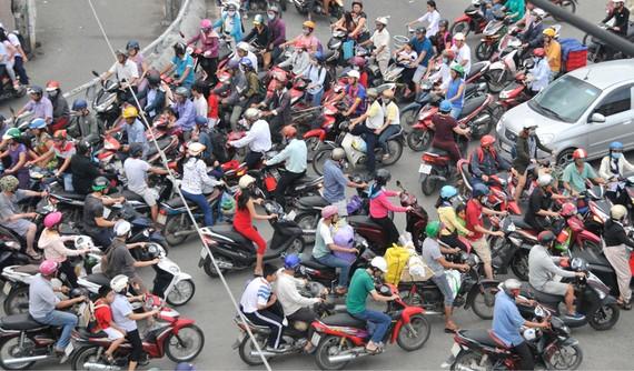 Phương tiện giao thông qua khu vực cầu Chánh Hưng, quận 8, TPHCM     Ảnh: CAO THĂNG