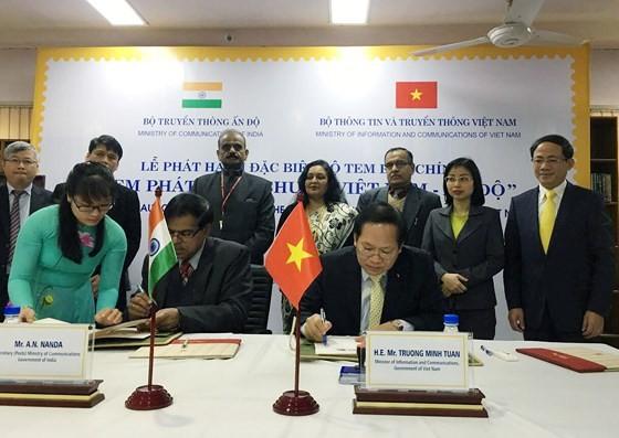 Bộ trưởng Bộ TT-TT Việt Nam Trương Minh Tuấn và Thứ trưởng Bộ Truyền thông Ấn Độ A.N.Nanda thực hiện nghi thức ký phát hành bộ tem chung
