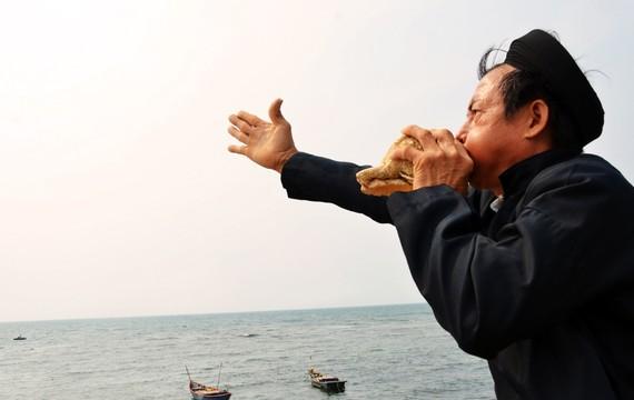 """Người dân đảo tỏi thổi ốc u nghinh rước vong linh hùng binh, hải đội Hoàng Sa trong """"Lễ Khao lề thế lính Hoàng Sa"""""""