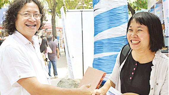 Ông Nguyễn Minh Nhựt, Giám đốc NXB Trẻ cùng nhà văn Nguyễn Ngọc Tư, một trong các tác giả chủ lực của  NXB thời gian qua