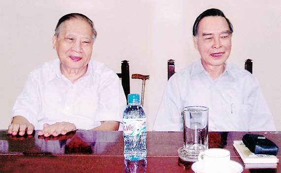Nguyên Thủ tướng Phan Văn Khải và tác giả Trần Hữu Phước tại cuộc họp bàn về vấn đề bảo tồn và tôn tạo Chiến khu Đồng Tháp Mười ngày 26-5-2009