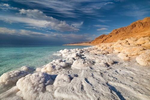 Muối tích tụ thành núi quanh bờ Biển Chết. Ảnh: Shutterstock