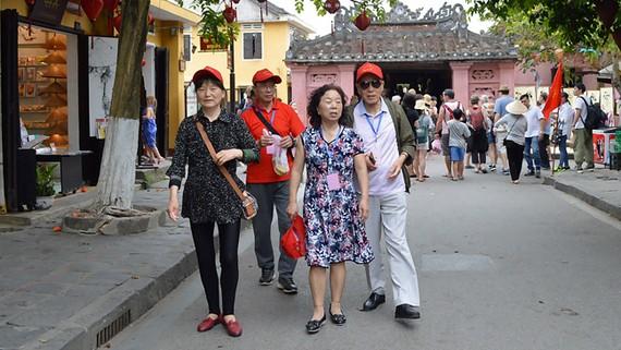Du lịch phát triển đã tạo nhiều áp lực lên di sản                         Ảnh: NGỌC PHÚC