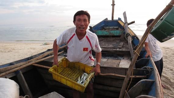 Ngư dân xã biển Hải Ninh sau đêm đánh bắt chỉ được mớ cá ít ỏi              Ảnh: MINH PHONG