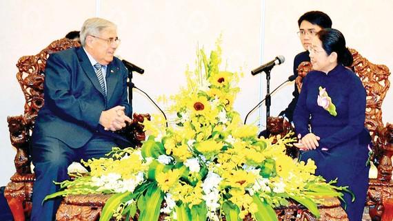 Phó Bí thư Thành ủy TPHCM Võ Thị Dung tiếp  ông Jean - Charles Negre, Ủy viên Bộ Chính trị  Đảng Cộng sản Pháp.     Ảnh: TTXVN