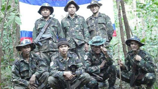 Sam Serey (hàng sau, ở giữa) là thủ lĩnh nhóm KNLF