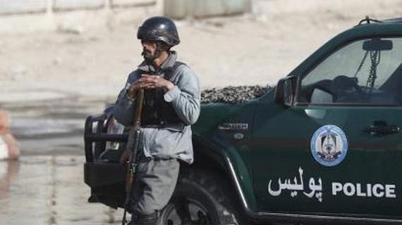 Lực lượng an ninh Afghanistan gác tại hiện trường một vụ tấn công liều chết ở Kabul. Ảnh tư liệu: TTXVN