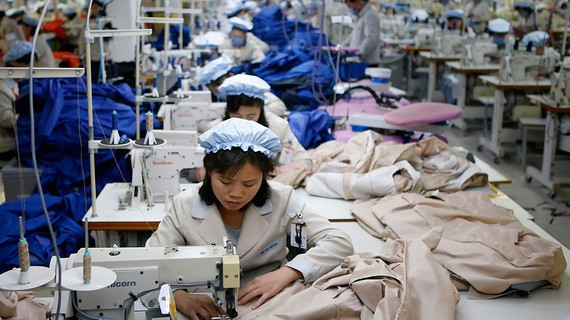 Lao động Triều Tiên làm việc tại Khu công nghiệp chung Kaesong trước khi bị đóng cửa năm 2016