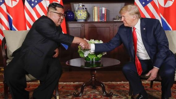 Lãnh đạo Triều Tiên Kim Jong-un và Tổng thống Mỹ Donald Trump tại hội nghị thượng đỉnh lịch sử ở Singapore ngày 12-6-2018.