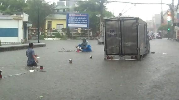 Đường Tô Ngọc Vân, đoạn gần với đường Phạm Văn Đồng (quận Thủ Đức), thường xuyên bị ngập rất nghiêm trọng