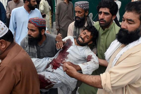 Một nạn nhân bị thương trong vụ đánh bom được đưa đến bệnh viện Quetta ngày 13-7. Ảnh: REUTERS