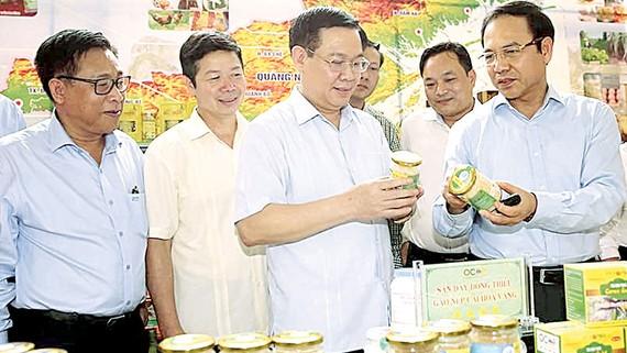 Phó Thủ tướng Vương Đình Huệ tìm hiểu các sản phẩm OCOP được giới thiệu tại hội nghị