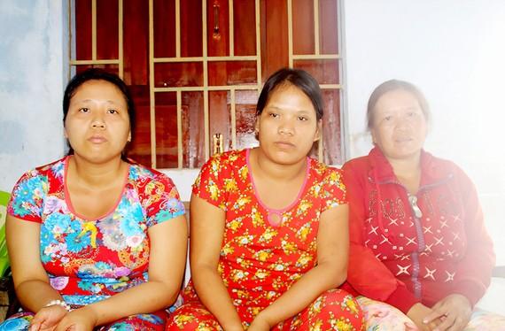 Chị Vân (bìa phải) và hai con gái bệnh tâm thần