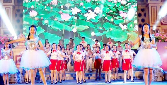 Các em thiếu nhi Huế biểu diễn bài Búp sen hồng trong đêm khai mạc