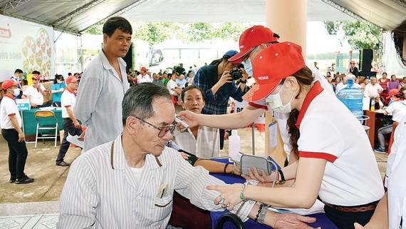 Dù đến trưa, ai cũng thấm mệt nhưng các bác sĩ vẫn nhiệt tình  thăm khám cho bệnh nhân