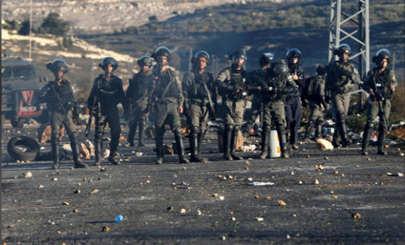 Binh sĩ Israel trấn áp một cuộc biểu tình tại Beilj El, gần TP Ramallah ở Bờ Tây (Palestine). Ảnh: REUTERS