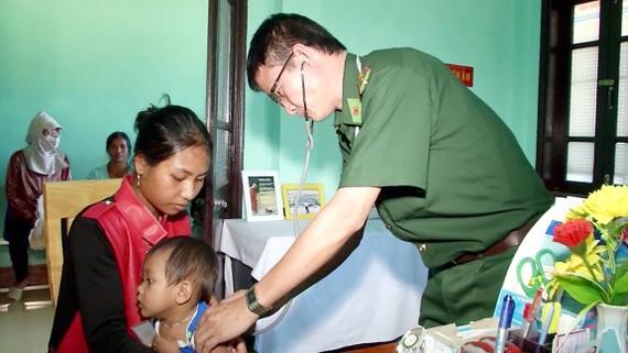 Bác sĩ Đặng Hồng Minh khám bệnh cho đồng bào các dân tộc  khu vực biên giới Việt Nam - Lào