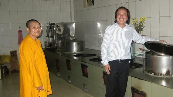 Sư cô Thích Nữ Chúng Liên trong gian bếp  của Tịnh xá Ngọc Kỳ