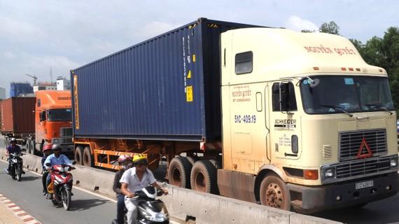Vận tải bằng đường bộ chi phí còn cao   Ảnh: Thành Trí