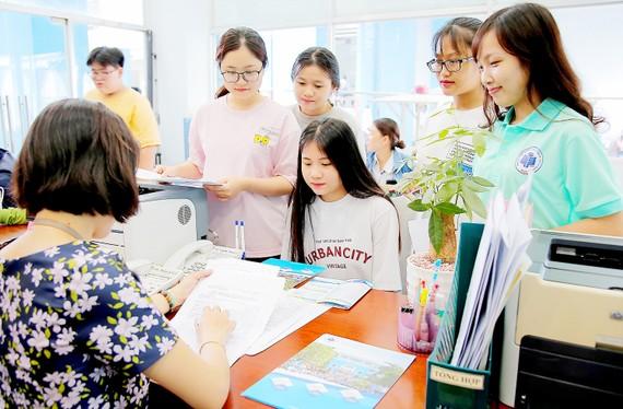 Thí sinh trúng tuyển đợt 1 làm thủ tục đăng ký nhập học