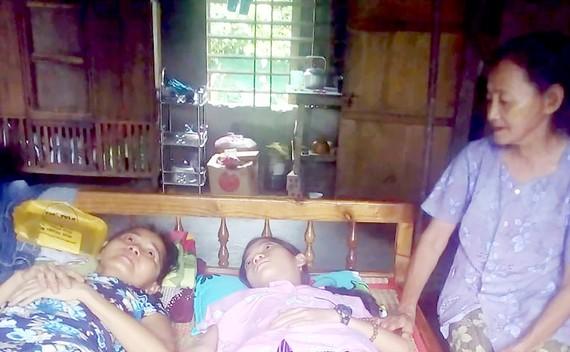 Mẹ già 80 tuổi nuôi con cháu bệnh liệt giường