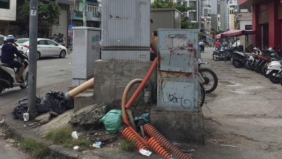 Các tủ điện - viễn thông ngổn ngang, rất mất mỹ quan đô thị ở ngã tư Trần Hưng Đạo - Nguyễn Văn Cừ (quận 1)