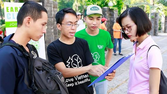Minh Tuệ (thứ 2 từ trái qua) tuyên truyền về bảo vệ môi trường đến các bạn trẻ