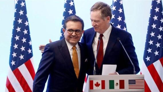 Đại diện Thương mại Mỹ Robert Lighthizer (phải) và Bộ Trưởng Kinh Tế Mexico Ildefonso Guajardo gặp nhau nhiều lần để đàm phán mà không có đại diện Canada