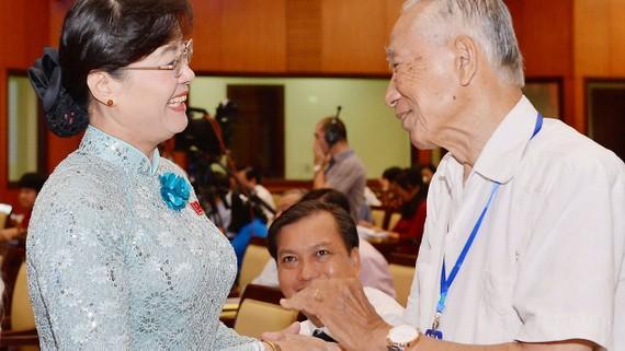 Chủ tịch HĐND TPHCM Nguyễn Thị Quyết Tâm lắng nghe ý kiến cử tri TP    Ảnh: VIỆT DŨNG