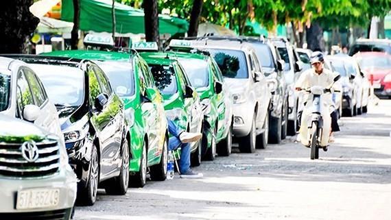 Ô tô đậu trước Công viên Lê Văn Tám
