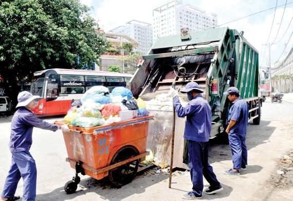 Tất cả phương tiện thu gom rác sẽ được gắn định vị Ảnh: THÀNH TRÍ