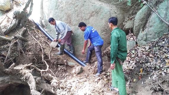 Giữa vách núi cheo leo, người Dao nỗ lực lắp đường ống dẫn nước về làng