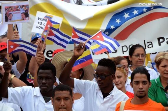 Ngày 25-8, hàng trăm người đã tham gia cuộc tuần hành tại thủ đô Havana nhằm phản đối việc can thiệp vào Venezuela. Nguồn: XINHUA