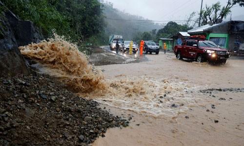 Một đoạn đường bị hư hại do bão Mangkhut trên đảo Luzon, Philippines. Ảnh: REUTERS