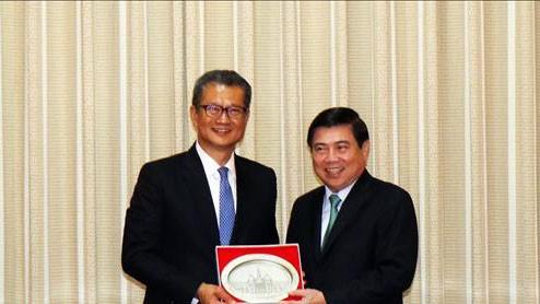 Chủ tịch UBND TPHCM Nguyễn Thành Phong đã có buổi tiếp ông Trần Mậu Ba, Cục trưởng Cục Tài chính Hồng Công, Trung Quốc. Ảnh: TTXVN