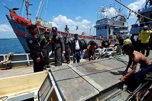 Cảnh sát Hoàng gia Thái Lan kiểm tra hoạt động đánh bắt thủy hải sản ở Narathiwat. Ảnh: BANGKOK POST