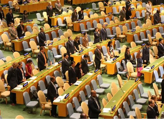 Đại diện các nước tham dự phiên họp dành một phút mặc niệm cho Chủ tịch nước Trần Đại Quang. Ảnh: TTXVN
