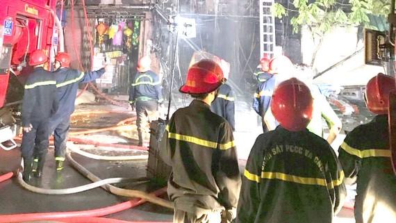 Cảnh sát PCCC tiếp cận đám cháy ở một nhà ở kết hợp kinh doanh tại TPHCM